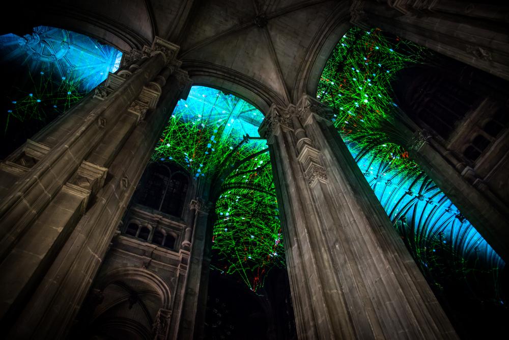 Voûtes Célestes: Miguel Chevalier projeta constelações imaginárias no teto de catedral gótica